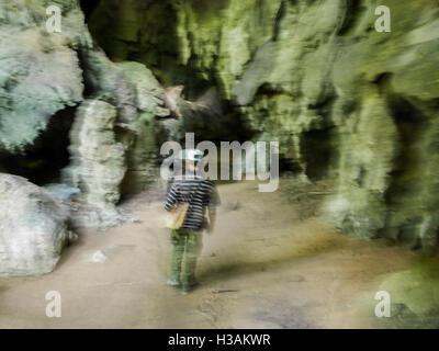 Balade dans les grottes à Cuba avec un guide local. Profiter de vacances Banque D'Images