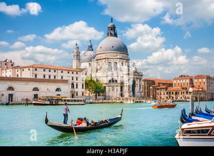 Gondole traditionnelle sur Canal Grande avec Basilique historique di Santa Maria della Salute en arrière-plan, Venise, Italie