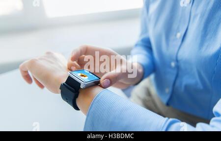 Close up of hands avec lecteur de musique de smart watch