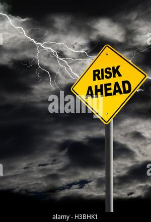 Avertissement Risque d'avance contre une sombre, nuageux et ciel assourdissantes. Concept de la tempête politique, Banque D'Images