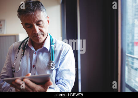 Doctor using digital tablet Banque D'Images