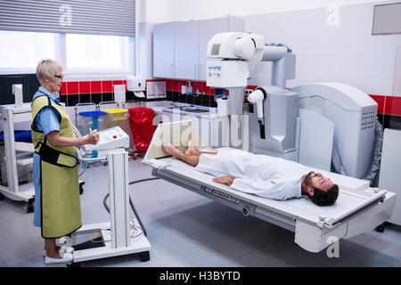 Patient de sexe masculin en passant par examen radiologique Banque D'Images