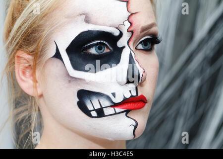 Belle jeune fille avec de l'art face à l'Halloween, crâne noir et blanc Banque D'Images