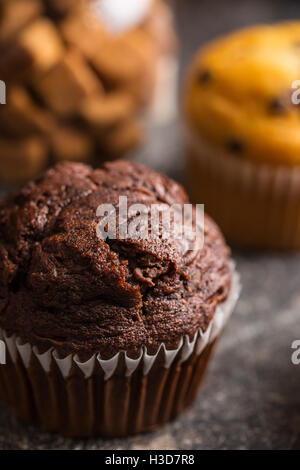 Muffin au chocolat savoureux sur la vieille table de cuisine. Banque D'Images