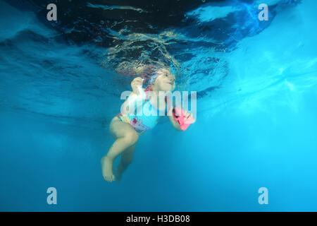 2 ans fille apprendre à nager sous l'eau dans la piscine, Odessa, Ukraine Banque D'Images