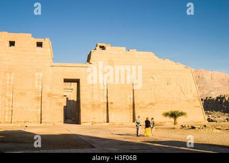 Mur de décharge avec Ramsès III et Ra, temple funéraire de Ramsès III à Médinet Habou, une nouvelle période de royaume Banque D'Images