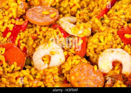 Gros plan d'une portion de poulet, chorizo et king prawn paella Banque D'Images