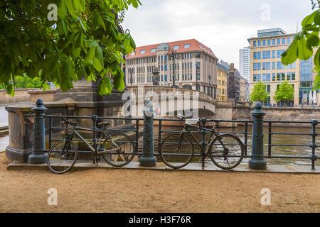 Le pont sur la rivière Spree et quelques vélos enchaînés aux grilles du promenade, Berlin, Allemagne