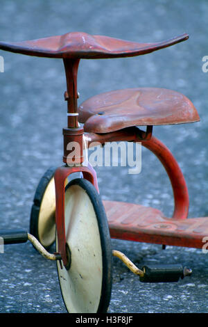 Portrait de l'enfant rouge Antique Tricycle à roues blanc à Hell's Kitchen Flea Market Manhattan NYC New York sur Banque D'Images