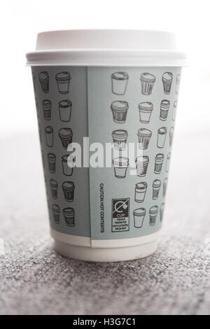Le matériel qui n'est pas 'mélangé' recyclé actuellement sur l'étiquetage la tasse de café à emporter du papier Banque D'Images