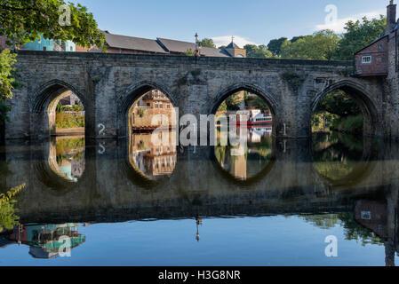 Vieux pont de pierre sur la rivière traversant l'exécution d'usure par le centre de la ville de Durham, en Angleterre. Banque D'Images