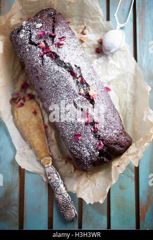 Pain de banane au chocolat maison avec des roses séchées Banque D'Images