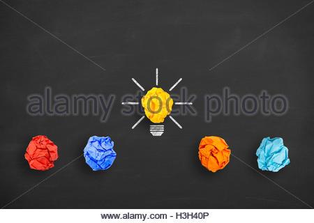 Concept idée ampoule papier froissé métaphore de bonne idée sur tableau noir Banque D'Images