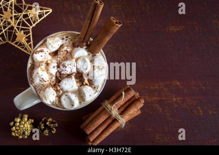 Chocolat chaud avec des guimauves, chocolat et cannelle - boisson festive chaudes faites maison pour Noël et d'hiver Banque D'Images