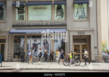 ... Les gens passent par un American Eagle Outfitters store le long de  Broadway dans le quartier b148ce973db3