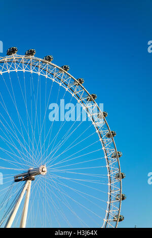 London Eye against a blue sky Banque D'Images