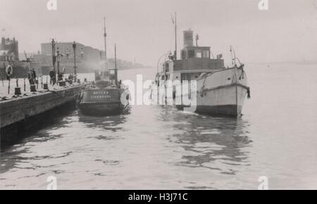 Les douanes et coupe-pilote à Pier Head Liverpool docks photographié en 1949. Ces bateaux voile hors de cargos dans Banque D'Images