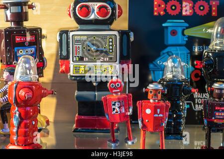 Groupe de jouets Robot rétro. Vintage tin robots sur l'affichage. Banque D'Images