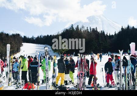 Groupe de skieurs au pied de la montagne dans une station de ski Banque D'Images