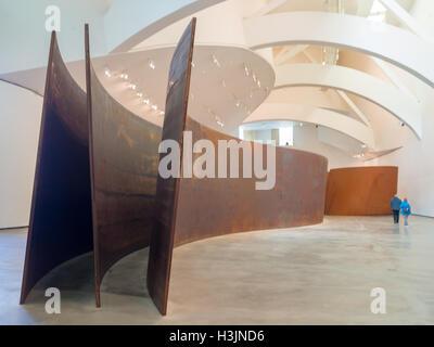 Visiteurs marche autour de Richard Serra sculptures d'acier en Musée Guggenheim Bilbao Banque D'Images