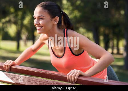 Girl doing pushups active sur la formation dans le parc Banque D'Images