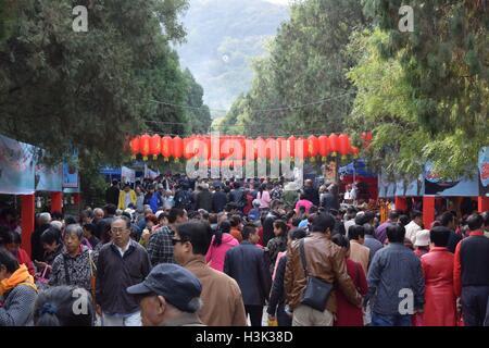 Jinan, Chine, la province de Shandong. 9 octobre, 2016. Personnes visitent la montagne Qianfo à Jinan, capitale Banque D'Images