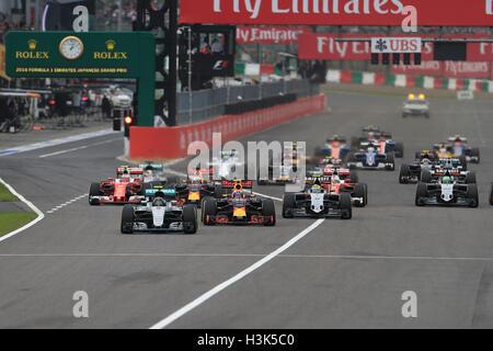 Circuit de Suzuka Suzuka, ville, préfecture de Mie, au Japon. 05Th Oct, 2018. Formula 1 Grand Prix du Japon le jour de la course. Mercedes AMG Petronas - Nico Rosberg mène le début de la course d'un pôle que Hamilton est pris dans le trafic et est tombé à 8ème posiiton © Plus Sport Action/Alamy Live News