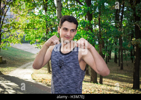 Jeune homme fitness se prépare pour l'entraînement de boxe en plein air formation Banque D'Images