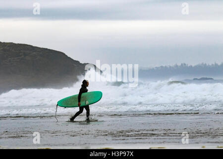 Surfeur sur Long Beach - Tofino, Vancouver Island, British Columbia, Canada Banque D'Images