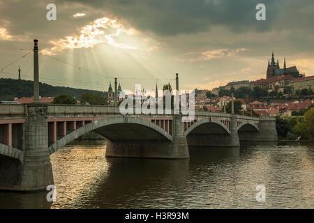 Ouvrir le ciel au-dessus du pont Manes et Hradcany à Prague, République tchèque. Banque D'Images