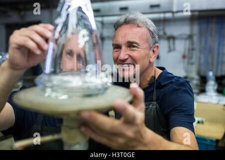 L'examen d'un collègue et souffleur de verre verrerie Banque D'Images