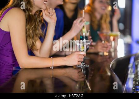 Femme verre de cocktail au bar