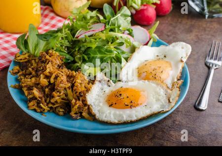 Pommes de terre rissolées avec des oeufs, facile à faire, délicieux petit-déjeuner Banque D'Images