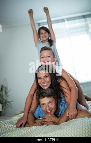 Happy Family in bedroom Banque D'Images