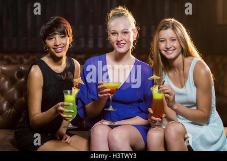 Friends holding verre de cocktail au bar Banque D'Images