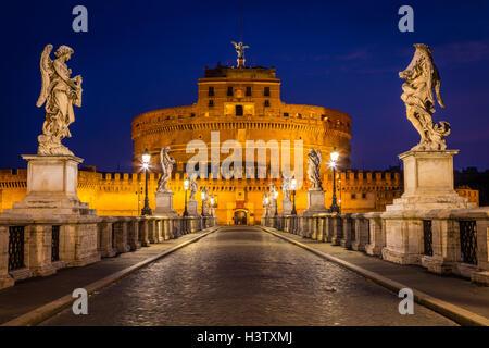 Castel Sant'Angelo, est un imposant bâtiment cylindrique à Rome, Italie Banque D'Images