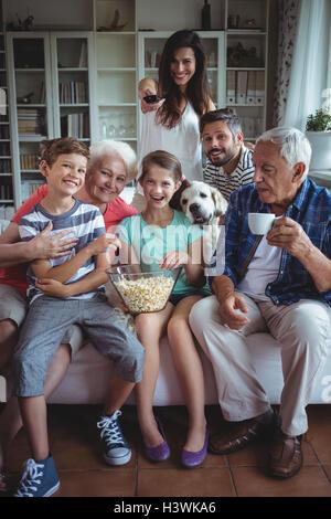 Happy family regarder match de football à la télévision dans la salle de séjour Banque D'Images