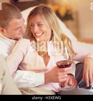 Salon, canapé, couple, tombe amoureux, portrait, s'asseoir à l'intérieur, à la maison, le rire, l'humeur, heureux, Banque D'Images