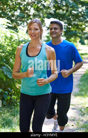 Mature Couple Running in Countryside Banque D'Images