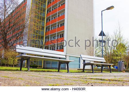 Banc de la ville, en face d'un gratte-ciel dans le Hansaviertel à Berlin, Allemagne, Multi Family Housing Banque D'Images