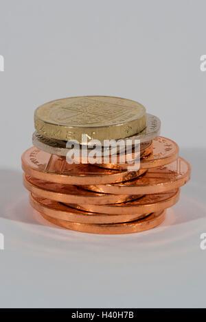 Pile de cuivre brillant, et de pièces d'argent ( 2p, 20p, £1) vu en close-up - cet argent (sterling) est la devise Banque D'Images