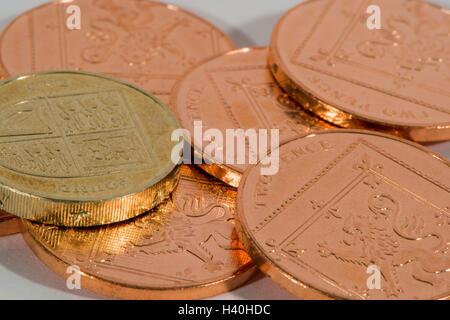 Libre de l'argent sterling britannique actuelle - pièces en 2 confessions, en cuivre et en argent, avec un seul Banque D'Images
