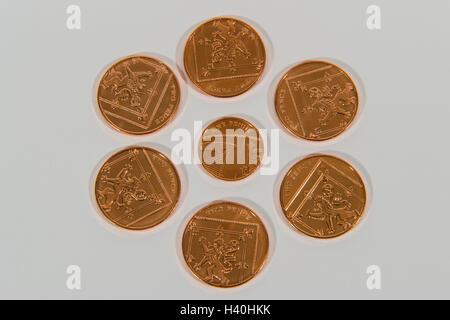 Libre de l'argent - les livres sterling, pièces de cuivre, en 2 confessions, avec 2p pièces autour d'une seule pièce Banque D'Images