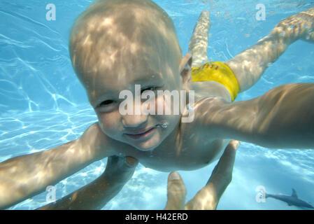 Piscines, femme, détail, les mains, la peau du nourrisson, plongée sous-marine, de l'enregistrement de 1 à 3 ans, Banque D'Images