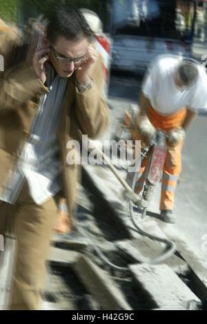 La construction de routes, travailleur, marteau pneumatique, passant, oreilles garder fermée, travailleur de la Banque D'Images