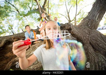 Caucasian girl faire des bulles Banque D'Images