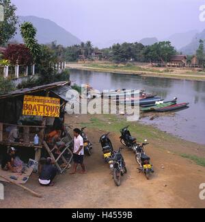 Le Laos, Vang Vieng, la rivière Nam Song, port, bottes, les sections locales, les motos, le modèle ne libération, Banque D'Images