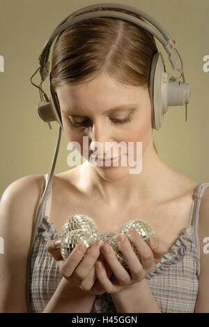 Femme, jeune, écouteurs, boules disco, attente, examiner, modèle, portrait, parution Banque D'Images