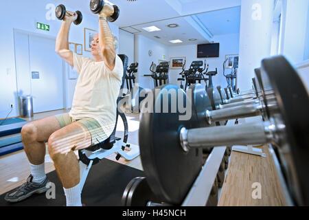 Studio de remise en forme, senior, l'entraînement des haltères courts, poids, pratique, Banque D'Images