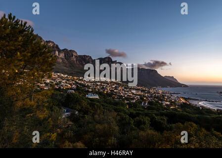 Dans la soirée, Camps Bay, Cape Town, Afrique du Sud Banque D'Images
